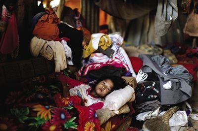 马头坡村,小学3年级的李美珍发烧3天了,只能在家熬着。没有户籍,没有医疗保险,当地人生病大都靠自愈。