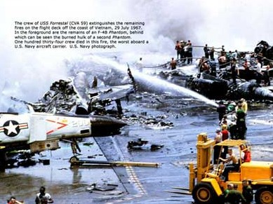 组图14P:近距实拍美国航母起火爆炸瞬间