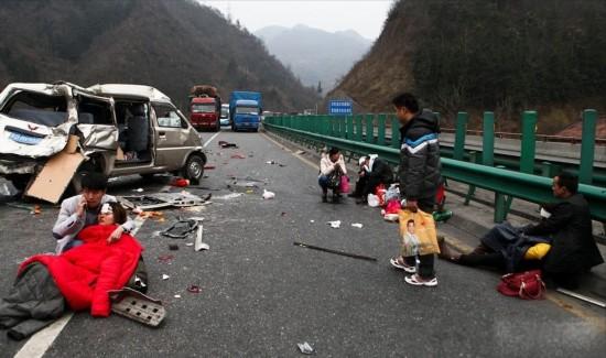高清:西汉高速昨6车相撞1死10伤 交通堵3小时