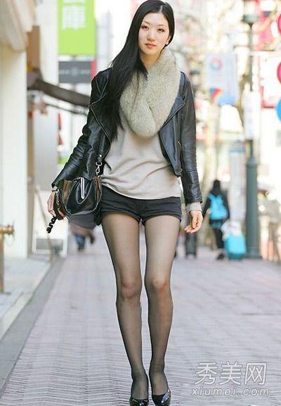 像这位街拍高挑美女 搭配短裤和黑丝的穿法