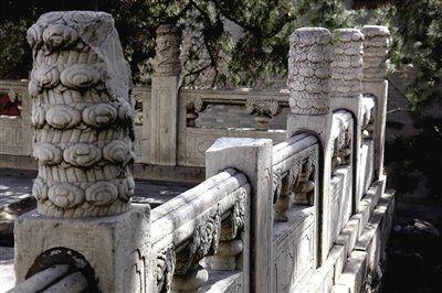 昨日,记者在颐和园南湖岛涵虚堂发现,栏杆上的一个云龙纹石雕望柱头失踪。颐和园方面表示,目前判断失踪的望柱头不是文物。新京报记者郭铁流摄