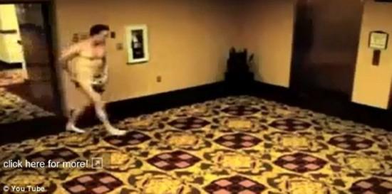 裸男被锁酒店房门外托盘遮羞尴尬视频走红(组图)