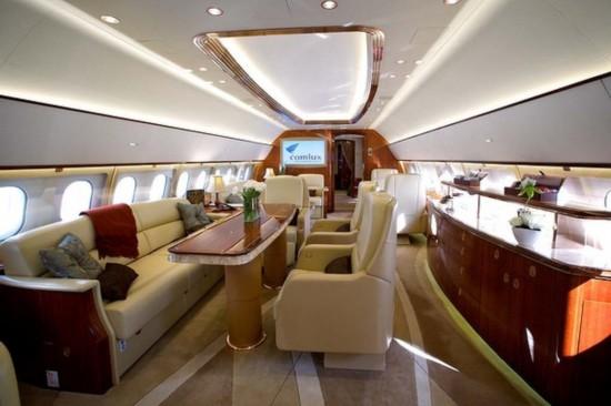 由空中客车公司打造的ACJ319型公务机,是市场上体型最大的私人喷气机。它的售价为8700万美元,主要面向亿万富翁、各国政府和企业。澳大利亚《悉尼先驱晨报》2月27日刊登了组图,展示了一架该款公务机奢侈豪华的内景。   据报道介绍,空中客车ACJ319型公务机的购买者,可以按照自己的需求,个性化定制客舱的布置,例如真皮座椅和沙发、闪亮的餐桌,甚至是两张床。(记者 赵小侠)