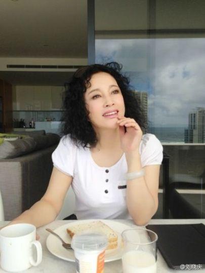 刘晓庆45度角仰望天空 身材傲人肤质光滑白嫩