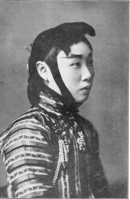 清末沈阳妓女旧照曝光:穿高领旗袍装束保守(图)