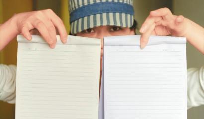 3月9日,记者在市面上买到两种作业本。左边的稍显黄色,右边的因添加了荧光剂显得很白。