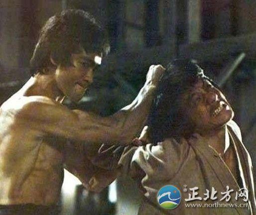 虎斗》中的一个画面,当时已经33岁的李小龙已经是国际功夫巨星了,