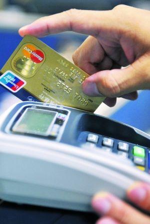 刷卡时很爽,但还款时一不小心却容易被罚息。信用卡用户还要小心为好。信息时报记者 陆明杰 摄