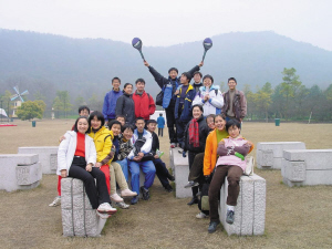 高一时,全班去太子湾公园玩。右二穿着黄色衣服的是张京。左上中间穿着黑衣服的女孩是也进了外交部的赵婷,围红色格子围巾的是胡跃波老师。图片由胡跃波老师提供