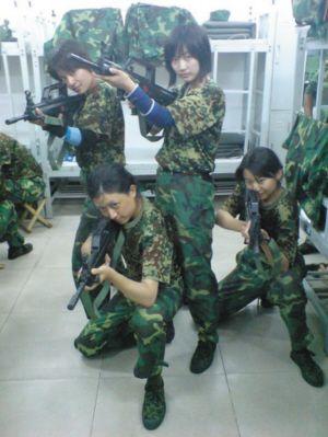 张京(左一)进外交部后军训照片