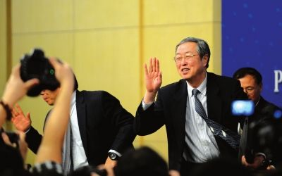 图为记者会结束后,周小川向记者挥手告别。(图片来源:兰州晚报)