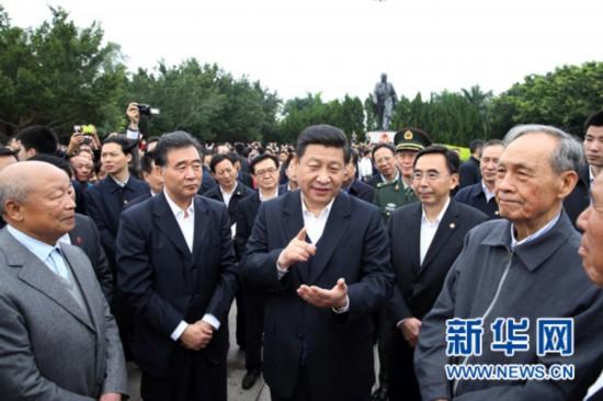 ,习近平在广东深圳莲花山向邓小平像敬献花篮后与现场群众交谈,