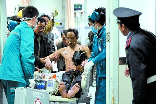 伤的工人被送往医院急救 -一米多长钢筋穿胸而过 受伤工人幸无生命