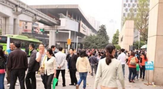 重庆工商大学300名教师校门口唱国歌维权(组图)