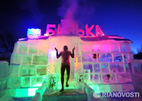 """俄罗斯贝加尔湖畔就建起了一座的""""寒冰桑拿房""""。"""