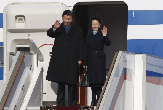 习近平专机抵达莫斯科机场和夫人走下舷梯。