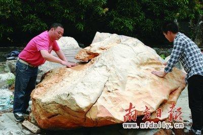 駱柱英正在保養來自昌都海拔5000米高冰川的藏瓷。