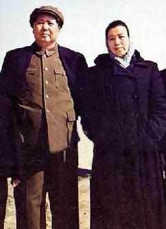 """毛主席夫人江青的工资,也不是夫人中最高的,她一开始享受的待遇工资243元。""""文革""""时她进入了中央政治局,成了党和国家领导人,就这样,""""九大""""后江青的工资才涨到342.70元。"""