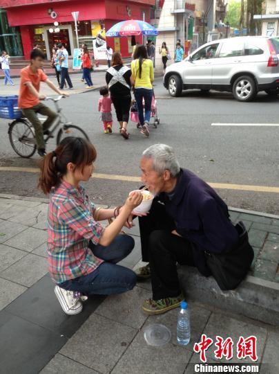 深圳90后女孩當街給殘疾乞丐喂飯感動路人