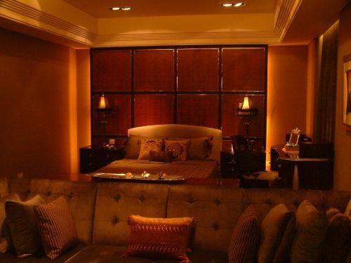 摇曳的灯光,给卧室带来几分梦幻色彩。