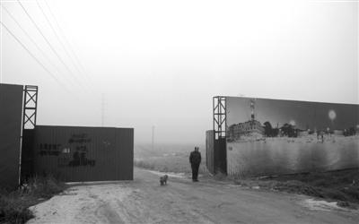 1月31日,河北霸州南孟镇南孟村,数百亩的荒地,围栏上是盛达公司的广告。新京报记者 李超 摄