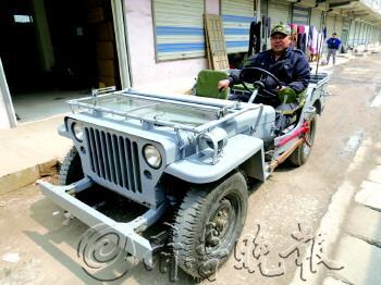 """老于操作起这辆纯手工打造的""""二战吉普车"""",显得很熟练。"""