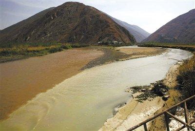 """昆明一河流受污染变""""牛奶""""河 村民称水味辛辣"""