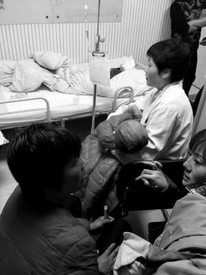 """男子往1岁儿子身上浇""""二锅头""""点火欲同归于尽"""