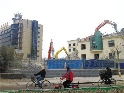 1月25日,河北霸州市,几台挖掘机正在拆除环保局大楼。新京报记者 李超 摄