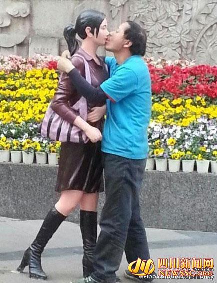 成都现强吻男舌吻路边女雕塑 网友:毁三观(图)