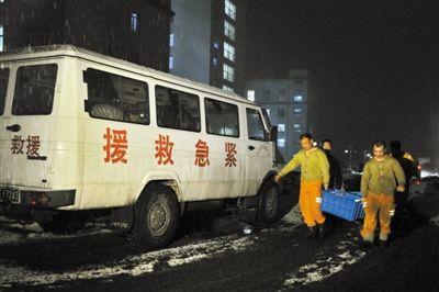 前日,几位救援矿工正在搬运给养。当日,吉林省通化矿业集团八宝煤矿再发瓦斯爆炸,已致6人死亡。新华社 张楠 摄