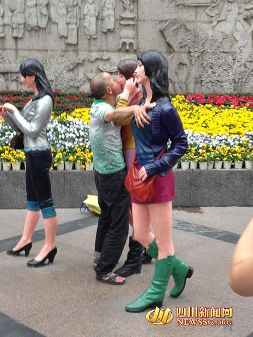 成都现强吻男舌吻路边女雕塑+网友:毁三观图