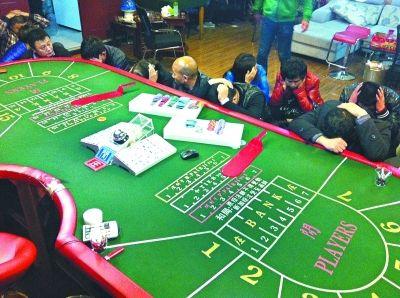 武汉:赌场藏闹市暗设十重门众人聚赌场面堪比大片