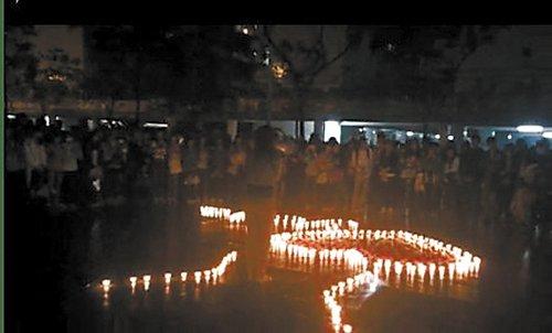 女大学生点心形蜡烛当众喊喇叭向男生示爱(图)