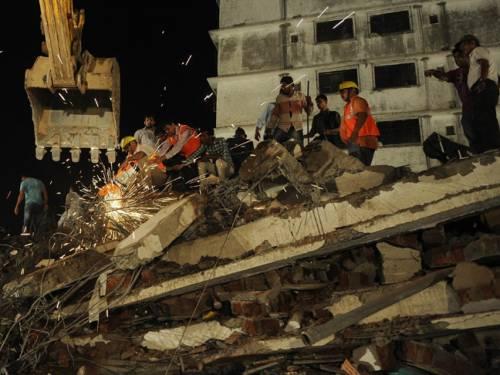 印度 楼房 工作/印度违章楼房坍塌致72死70伤或已无生还者...