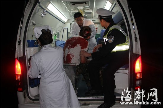 龙岩高速交警救车祸伤者 被沾一身艾滋血 高清图片