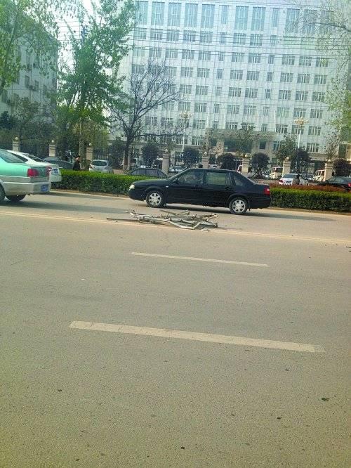 男子驾路虎撞烂大门冲出公安局 被4辆警车截停