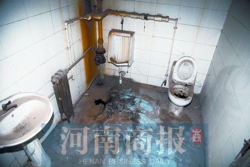 遇害女生的尸体在这间厕所被发现