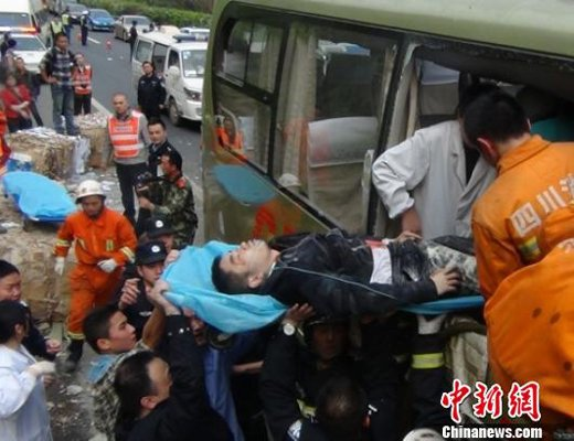 四川成乐高速发生客车追尾事故 致2死12伤 图