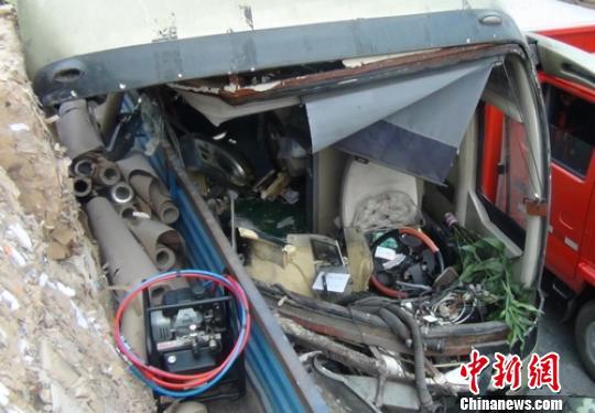 乐晓轩/事故现场被撞烂客车车头。乐晓轩摄