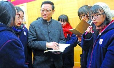中国美术家协会理事、江苏省文化厅高云副厅长,和家长、学生交流中。吴俊 摄
