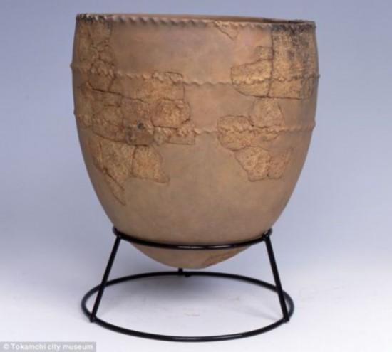 在日本新泻县久保寺南部发现的一个早期绳纹罐,它已有1.5万年历史,研究人员从中发现鱼类的迹象