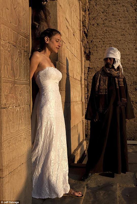 一婚纱一女人一世界》的主题系列照片,他们用令人震撼的婚纱摄影,