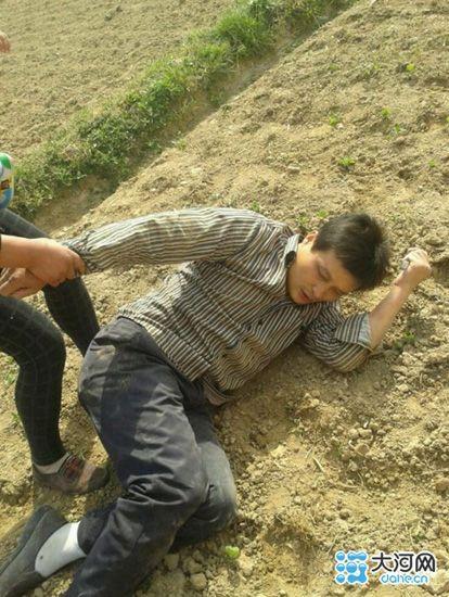 被打倒在地的村民