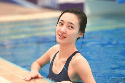 泳池為証,她美得貨真價實。
