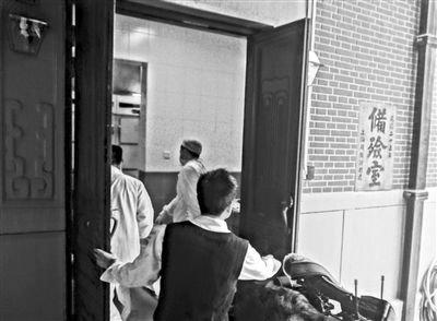 昨日下午,复旦医学院研究生黄洋被人投毒致死。图为黄洋被推入太平间。《上海商报》供图