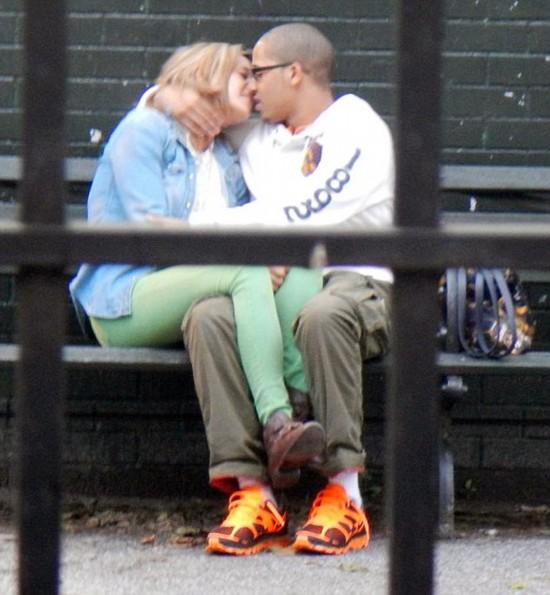 美女教师与学生公园内拥吻遭解雇