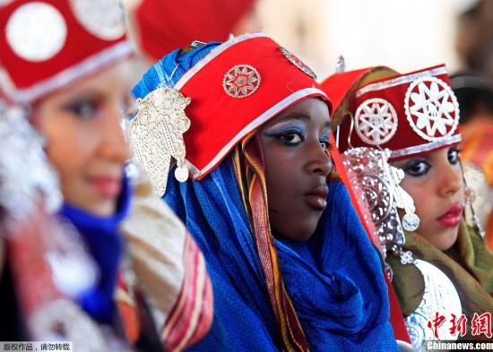 利比亚班加西狂欢节 烛光映湖面美不胜收组图