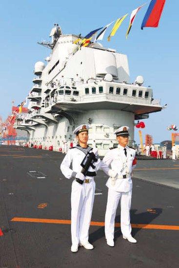"""2012年9月25日,""""辽宁舰""""正式交付海军。交付当日,舰员精神抖擞分区列队。新华社记者查春明摄"""