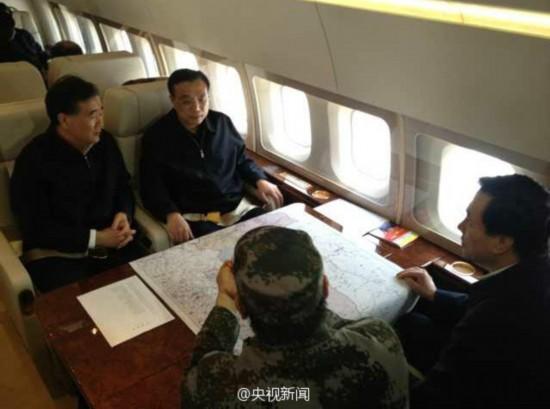 李克强总理在专机上讨论救援计划